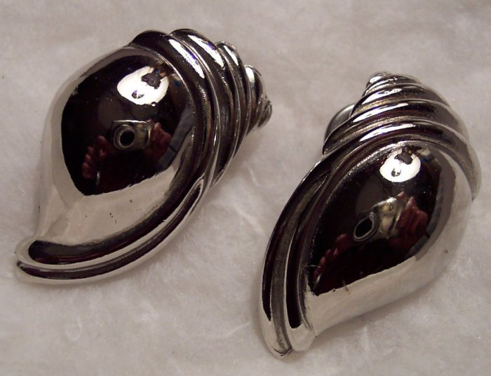 Vintage Silvertone Pierced Shell Earrings 101-0014ear Costume Jewelry