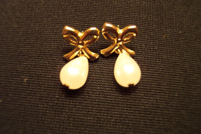 Vintage Goldtone RIBBON WITH FAUX PEARL Drop PIERCED Earrings 101-3822 Costume Jewelry