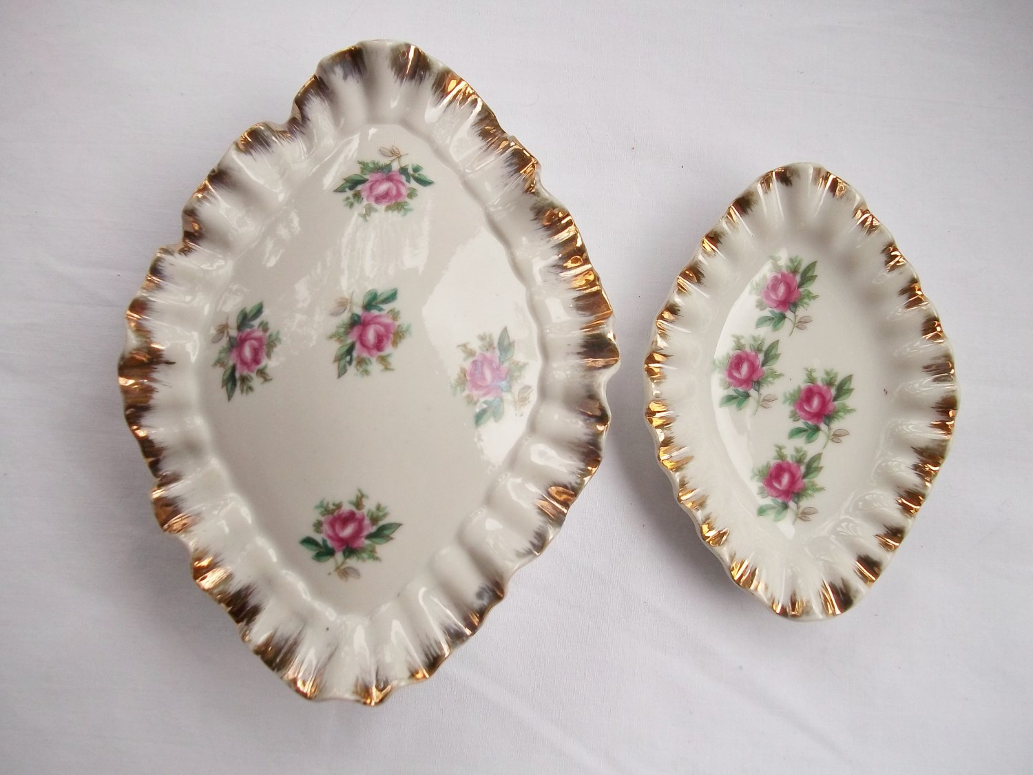 VINTAGE PORCELAIN COVERED TRINKET DISH AND MATCHING TRAY