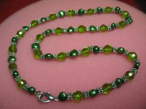 """exquisite 17.5"""""""" green cystal/green pearl necklace"""