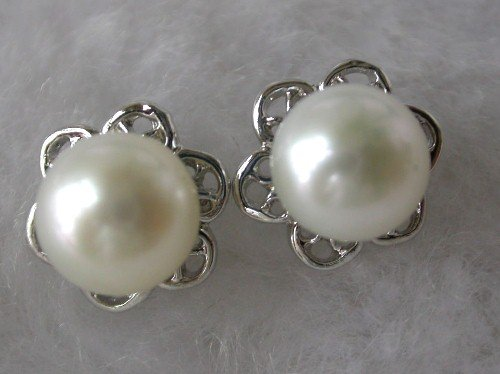 Beauty 8mm white FW pearl flower earring