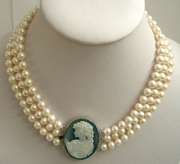 3strands Real white freshwater pearls Cameo Agate clasp
