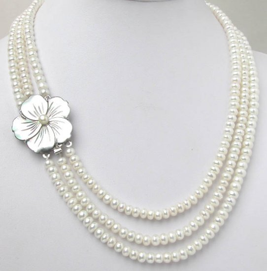 THREE ROWS WHITE PEARL NEACKLACE Flower clasp