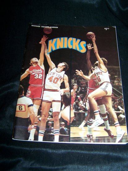 Vintage New York NY KNICKS 1974-75 Basketball Magazine