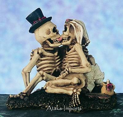 COOL-SKELETON FRENCH KISSING COUPLE FIGURINE-BIZARRE HALLOWEEN (4716)