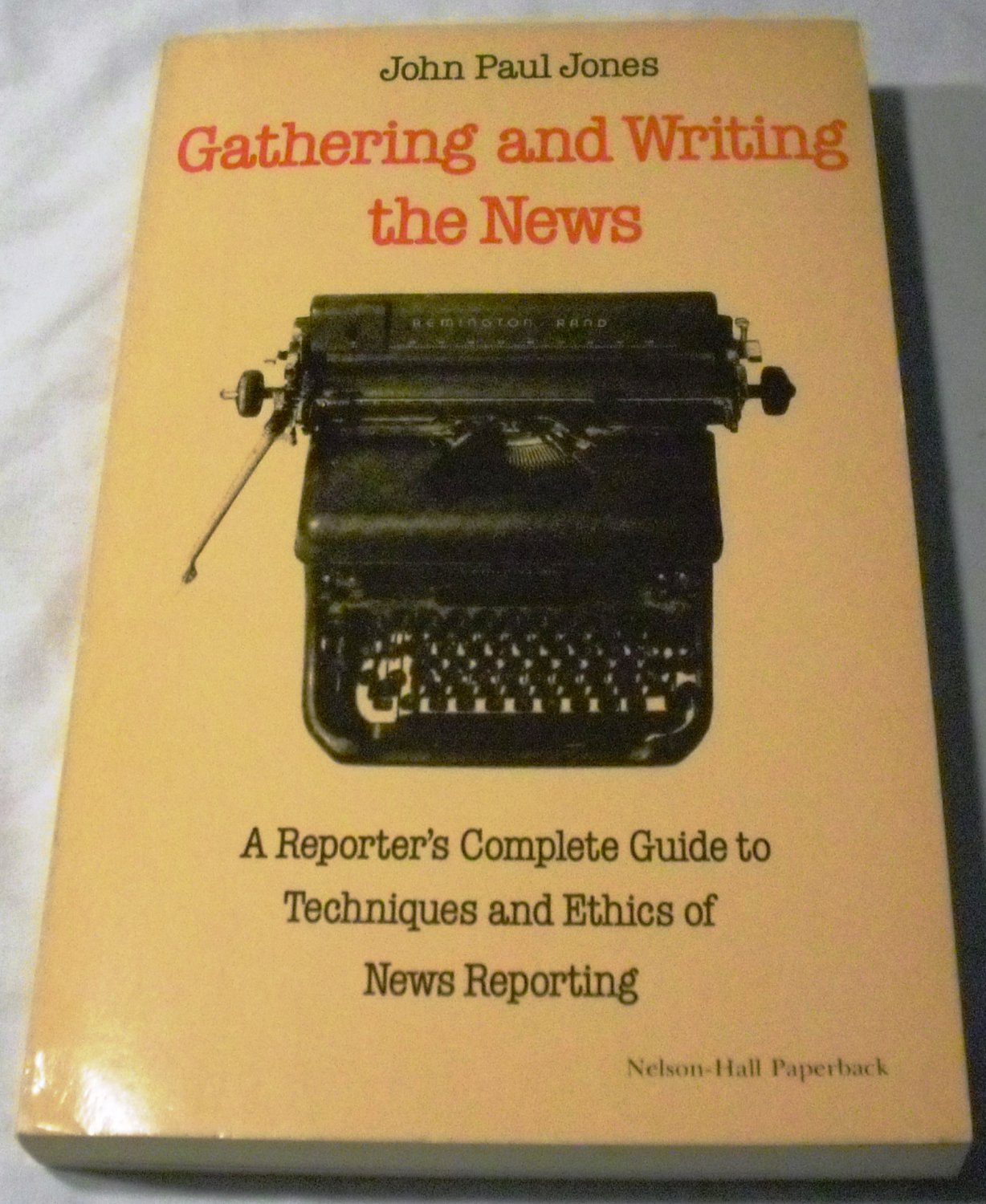 Gathering and Writing the News (Jul 1976) Paperback