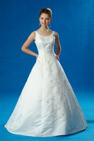 NEW FLATTERING WEDDING BRIDAL GOWN DRESS with RUM PINK EMBROIDERY SIZE 6