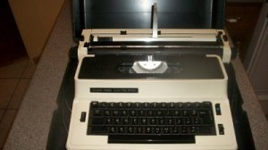 SILVER REED 8700 Classic Vintage Portable Electric Typewriter with Hard Case