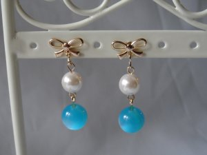 18 kt Gold Blue Ball and white Pearl with Bow Stud  Earrings