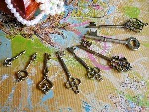 Lot of 8 Antique Design Skeleton Key Charms Vintage Bronze Pendant Bracelet Heart Crown, K-S1