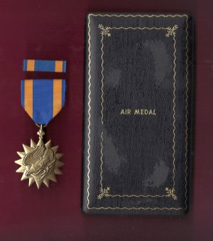 Air medal showing eagle and lightning bolts in WWII single line Case with ribbon bar