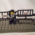 1013] LEGO Town City Minifigure ~ Police Officer with Barricade ~ Traffic Man