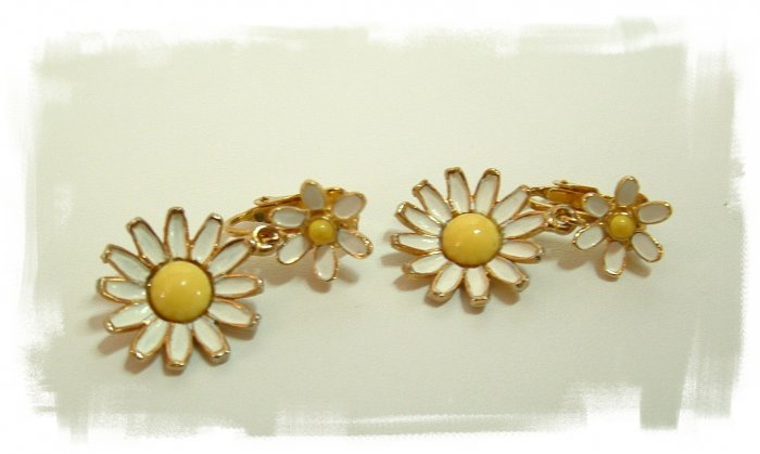 Vintage Pretty Daisy Dangle Clip Earrings Signed Weiss