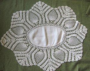"Vintage Hand Crocheted Pineapple Edge Linen Centerpiece 28"" x 22"" White Doily"