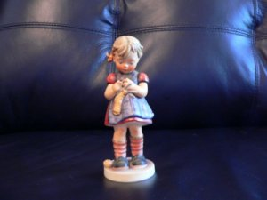 "HUMMEL FIGURINE ""STITCH IN TIME"" #255 TMK4   @@@@ mint condition@@@@@"