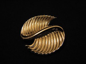 Vintage Monet Gold Tone Swirled Pin Brooch