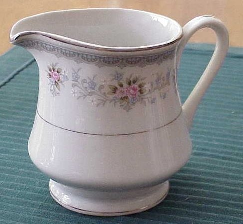 Wellin Creamer in Rhoda Pattern - Made in Japan --- FREE SHIPPING ---  Memory Lane Collectibles