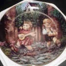 DANBURY MINT M.J. HUMMEL PLATE LITTLE COMPANIONS COLLECTION 'PRIVATE PARADE' NMB