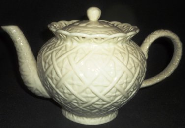 BEAUTIFUL CREAM WHITE PORCELAIN EMBOSSED DIAMOND LATTICE TEAPOT GODINGER