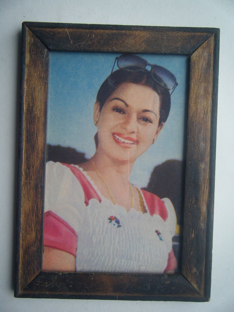 Bollywood Actress Heroin Collectible Old Print in Old Wooden Frame India #2736