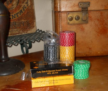 VINTAGE CUTTY SARK WHISKEY 60 CLAY POKER CHIPS & CARDS
