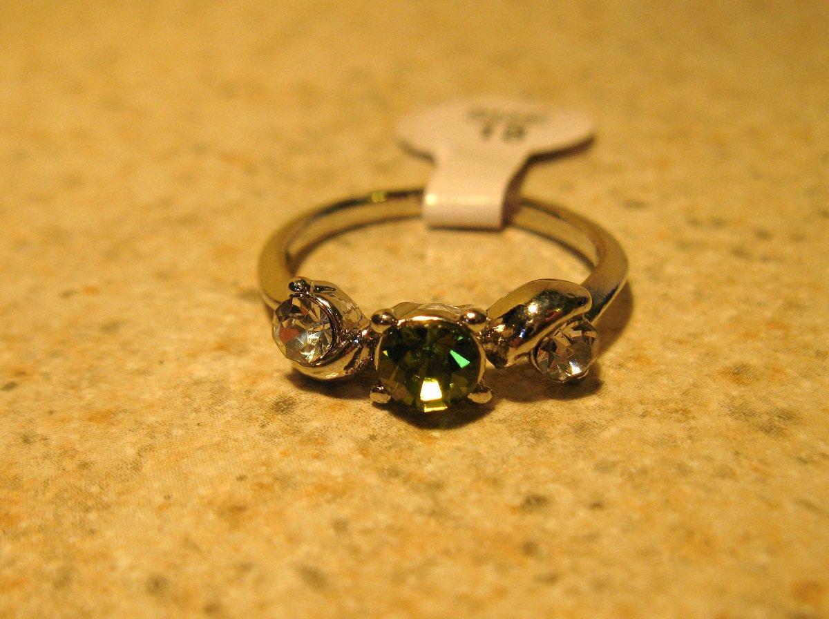 Ring Beautiful Green Peridot & White Topaz 3 Stone Setting Size 7.5 New #239