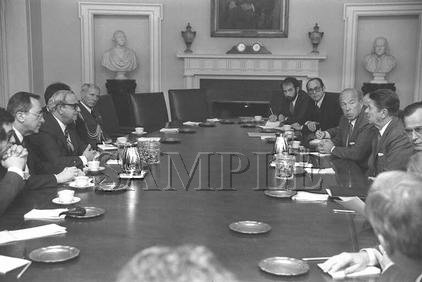 Israel & U.S president Yithak Navon with U.S. President ronald reagan wonderful photo still #11