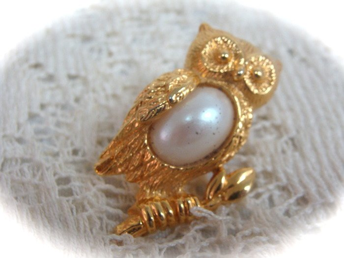 Avon Goldtone Owl Brooch Pin
