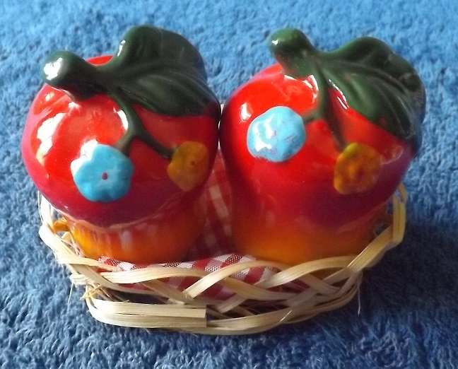 APPLES SALT AND PEPPER SHAKERS CRUET SET