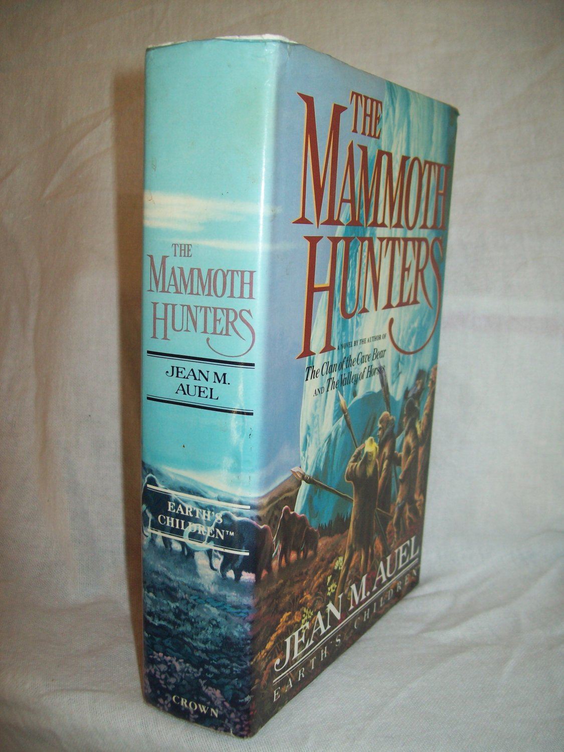 The Mammoth Hunters. Jean Auel, author. 1st edition, 1st printing. VG+/VG+