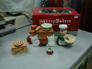 DEPARTMENT 56 MERRY MAKERS - MAXWELL THE MIXER @ HIS TABLE!