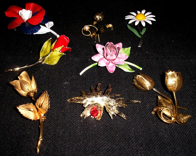 LOT of 8 vintage FLOWER PINS!