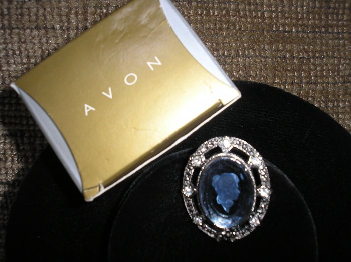 "AVON PRESIDENTS CLUB PIN - FEMALE ""CAMEO"" STYLE 98/99 BRAND NEW!"