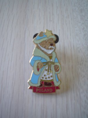 DISNEY STORE POOH POLAND CHRISTMAS PIN - RETIRED - BRAND NEW!