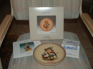 "GOEBEL M. J. HUMMEL ANNUAL CHRISTMAS PLATE - 1986 - ""PLAYMATES"" #279 - STILL IN ORIGINAL BOX!"