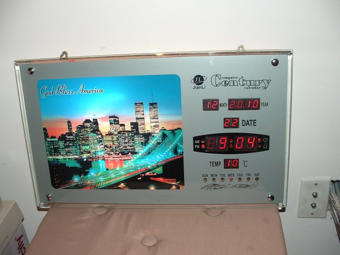 WORLD TRADE CENTER TWIN TOWERS NY CITY COMMEMORATIVE LED ILLUMINATED CLOCK/CALENDAR!