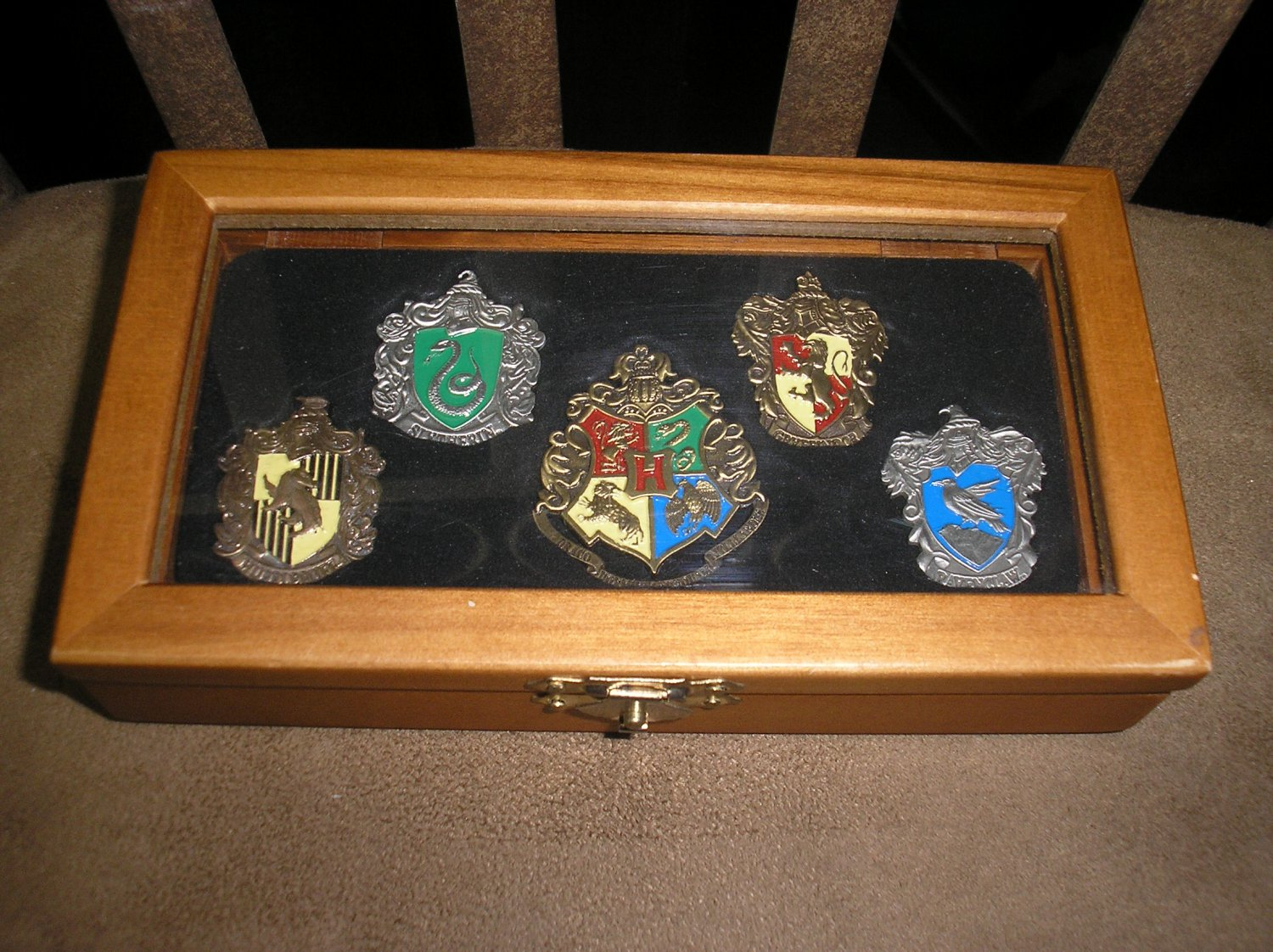 "HARRY POTTER ""HOGWARTS"" CLASS PIN SET by Noble Collection - 5 PINS in WOODEN BOX!"