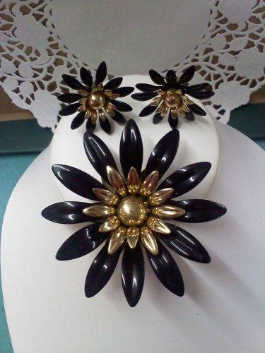 Sarah Coventry - Fashion Petals - 1968 in black vintage brooch pin