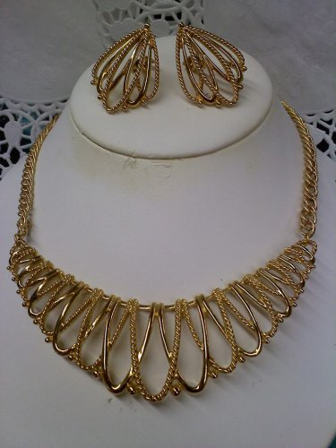 """Vintage Avon """"GILDED MESH"""" necklace and clip earrings set in goldtone 1988"""
