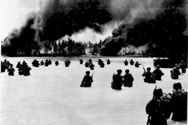 New 5x7 World War II Photo: 165th Infantry Assault on the Gilbert Islands