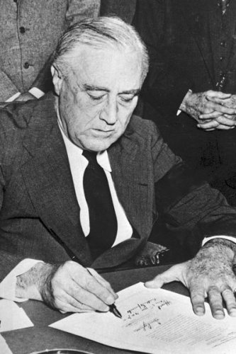 New 5x7 World War II Photo: Franklin Roosevelt Signs Declaration of War on Japan