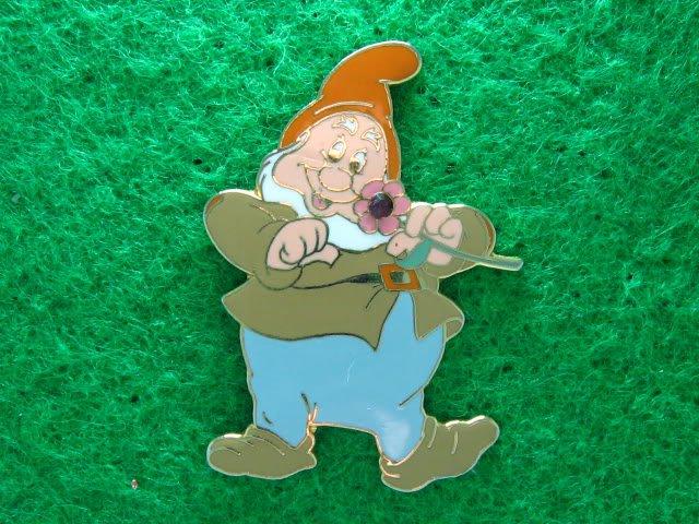 Disney 2006 Pin HKDL 7 Dwarfs - Happy Holding Jeweled Flower