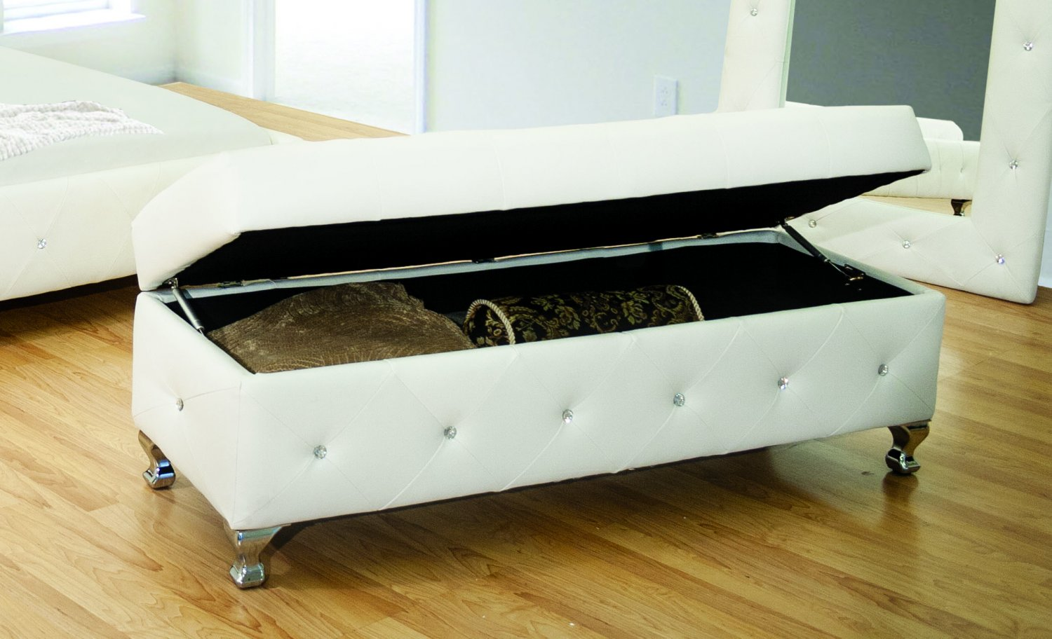 Classic Storage Bench W Tufted Crystal Studs White
