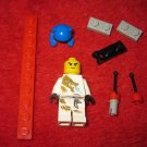 small lot of random lego's and minifigure