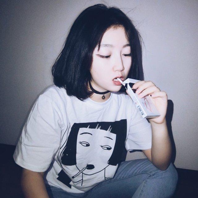 Smoking Girl T-Shirt / Camiseta Chica Fumando WH258 Kawaii Clothing