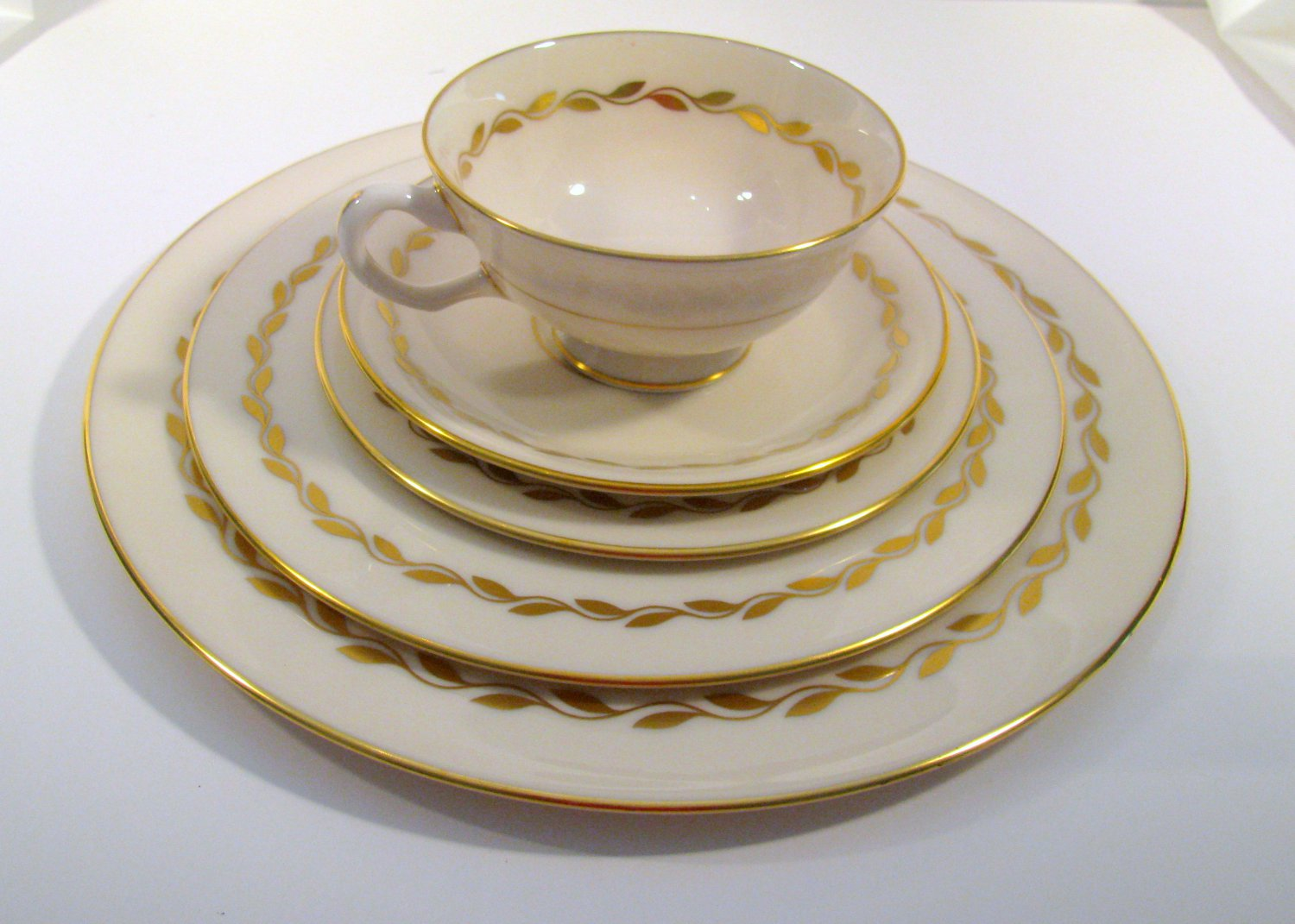 Lenox Golden Wreath 5 Piece Place Setting Mint Discontinued