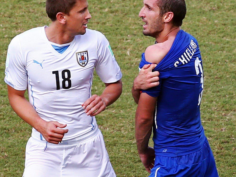 347 -  8 X 6 Photo - Football - FIFA World Cup 2014 - Chellini & Suarez