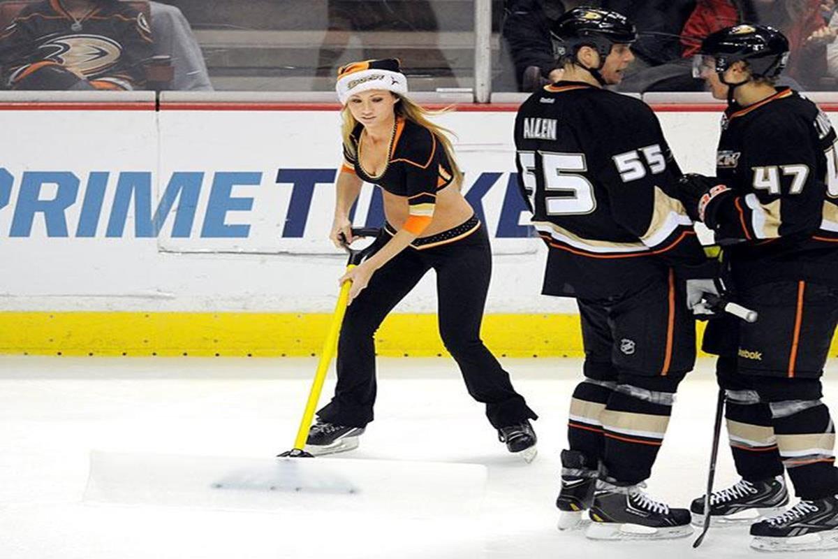 030 - 12 X 8 Photo - NHL - Girls - Anaheim Ducks Power Players Ice Girls  Islanders At Ducks