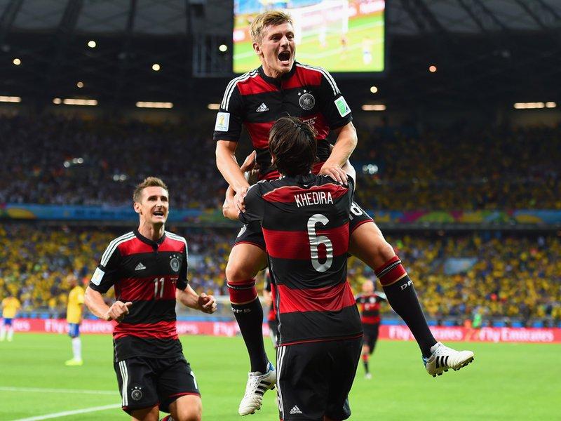 604 - 8 X 6 Photo - Footbal - FIFA World Cup - Brazil V Germany Toni Kroos Celebrates