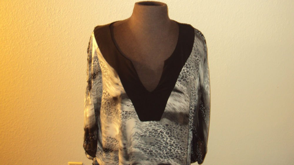 WOMENS CASUAL BLACK PLUS SIZE BLOUSE WITH A V NECK COLLAR SIZE  2X 3X